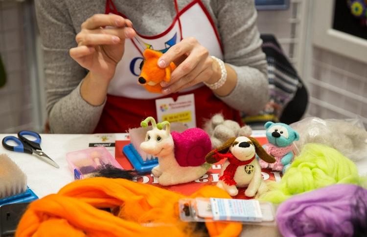 df4935879868 Опытные мастера создают необыкновенные коллекционные игрушки, изысканные  аксессуары, сумки, одежду и обувь причудливых форм и расцветок, заражая  своим ...